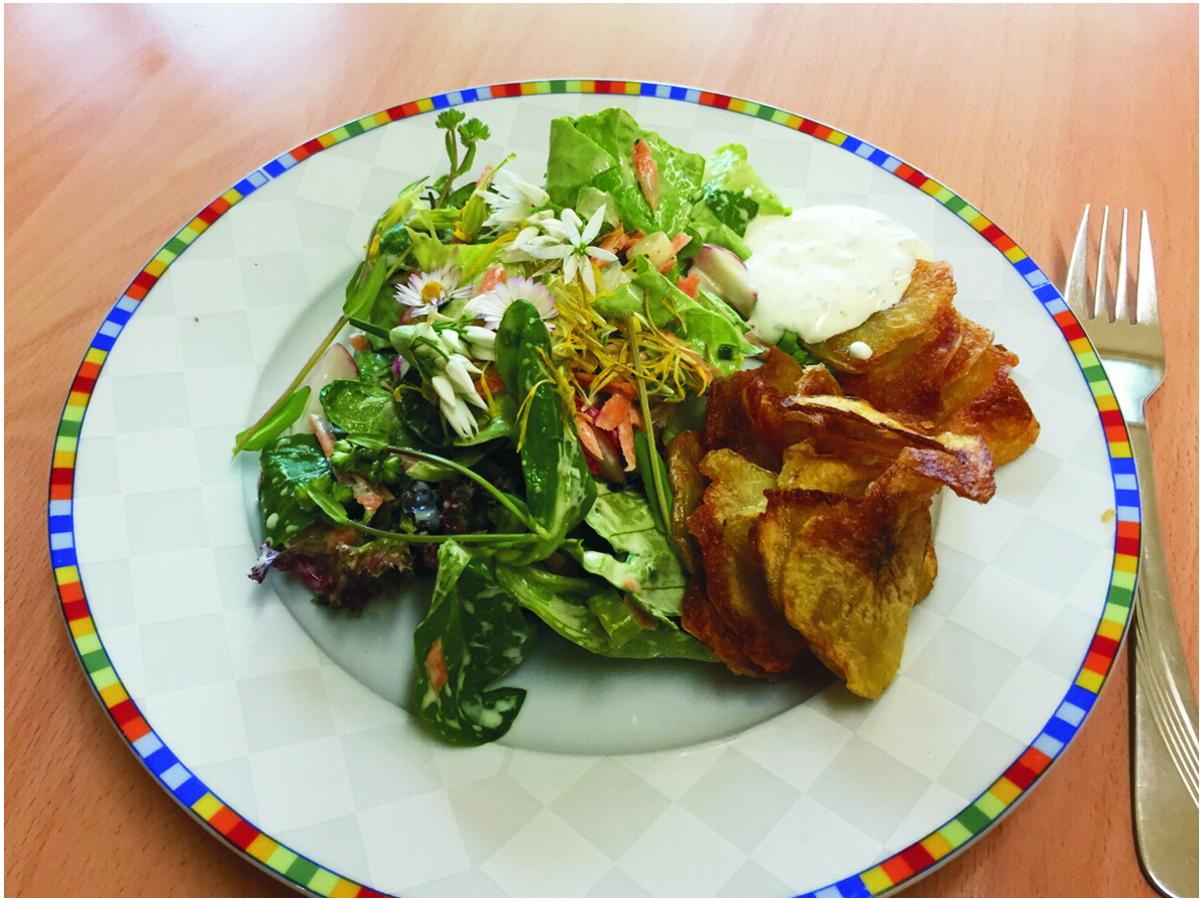 Gesund und lecker: Bunter Salat mit Blümchen
