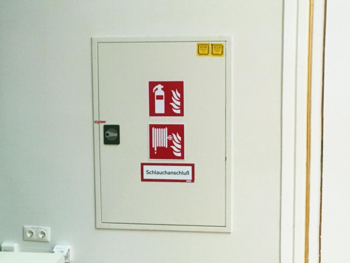 Ein Künstler Namens VonAxt erklärt diesen Stromkasten in der Banksy-Schau als Readymade für große Kunst.